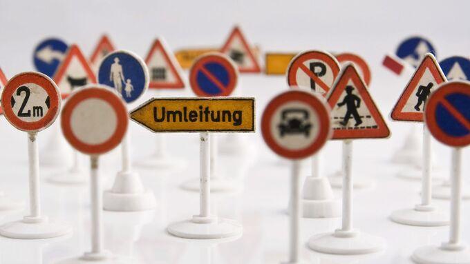 Parkverbote, Tempolimits, Überholverbote – die vielen Verkehrsschilder nerven.