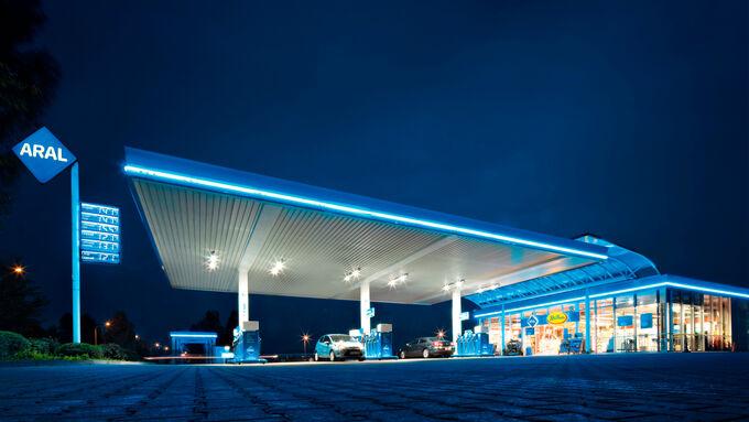 Tankstelle aussen bei Nacht