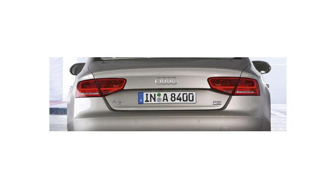 Audi A8 fährt auf Angriff