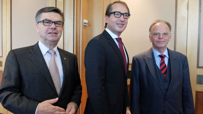 Bundesverkehrsminister Alexander Dobrindt, BGL-Hauptgeschäftsführer Prof. Dr. Karlheinz Schmidt und BGL-Präsident Adalbert Wandt