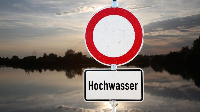 Ein Notfallplan für Naturgewalten? Wenn Hochwasser den Fuhrpark bedroht, sind klare Verhaltensregeln und gute Versicherer gefragt.