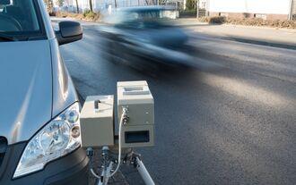 Geschwindigkeitsüberwachung durch Polizei, illegales Straßenrennen, Raser