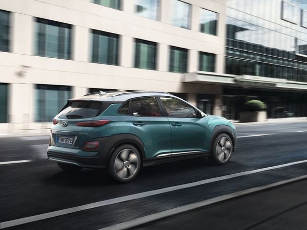 Hyundai Kona Elektro 2018, schräg, hinten, rechts, fahrend