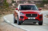 Jaguar E-Pace 2018 schräg vorne fahrend rot