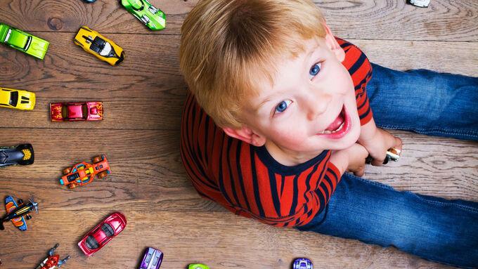 Kind Spielzeugautos
