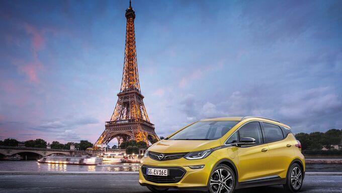 Opel Ampera-e, Elektroauto vor Eifelturm, paris, nachts