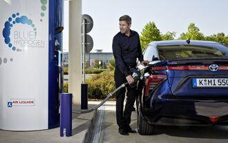 Toyota Mirai FCV Fuel Cell Vehicle Brennstoffzellenauto tanken Tankstelle